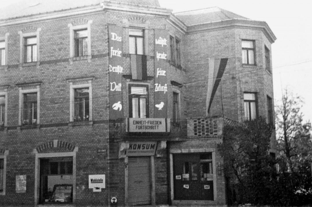 Geschäftshaus Max Petzold, später Konsum, dann Zahnarztpraxis im Ladenbereich, heute vollständig ein Wohnhaus.  Foto: Karl Richter