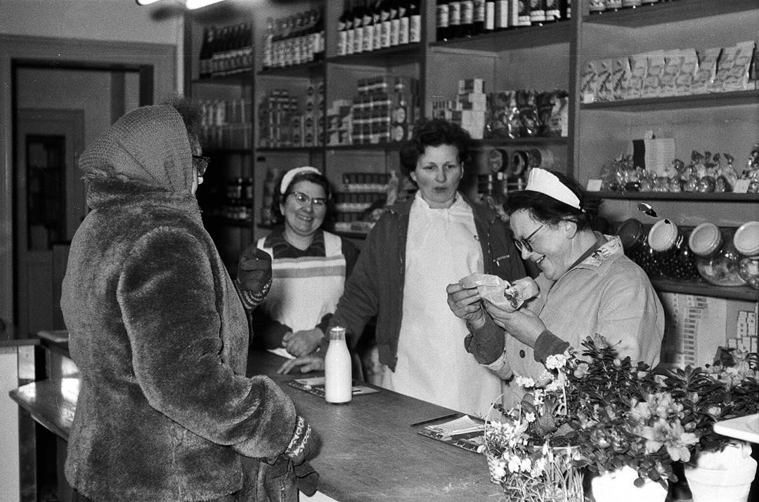 """In das ehemalige Kolonialwarengeschäft von Max Petzold zog nach 1945 eine Filiale der Konsumgenossenschaft ein. Die bekannte Verkäuferin """"Ella"""", auf dem Foto rechts, war nach dem Krieg mit übernommen worden. Nach 1989 fiel, wie in vielen anderen Stadtteilen und Gemeinden auch, der klassische Dorfkonsum weg. Foto: Sammlung Karl Richter"""
