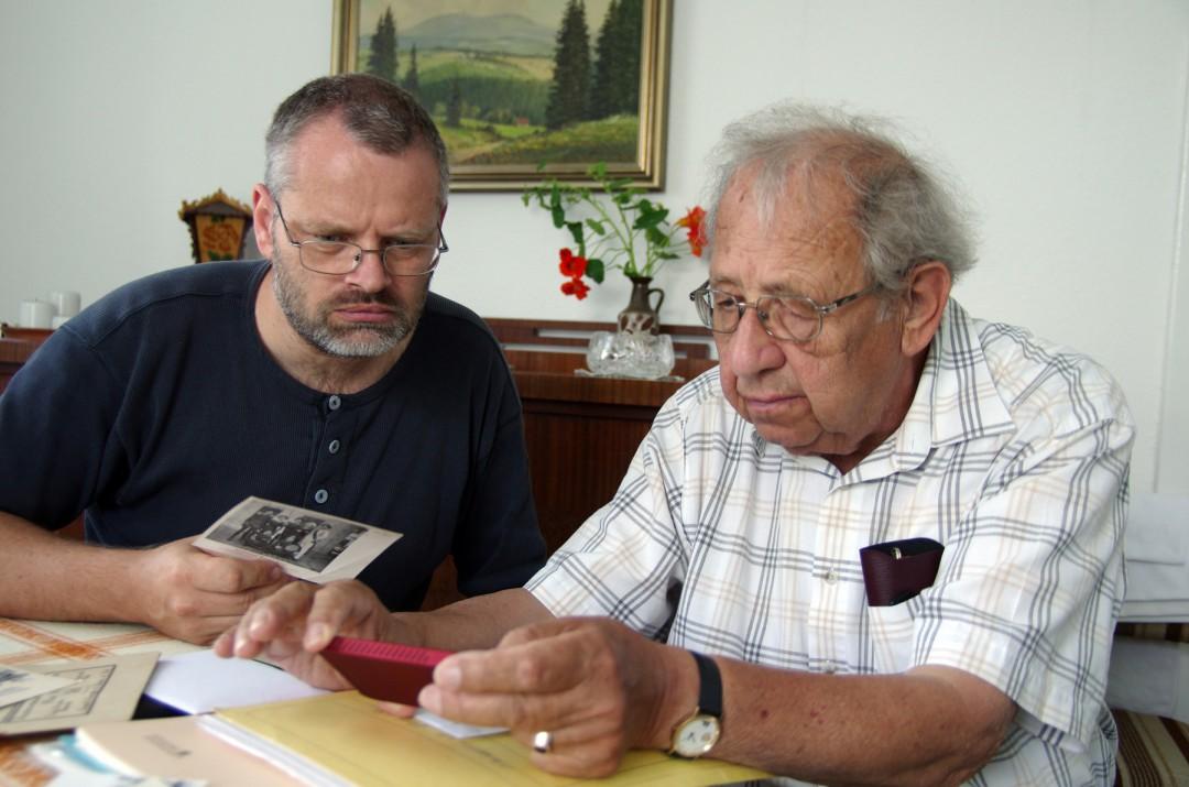 Tilmann Deutscher und Karl Richter bei der Auswahl des Bildmaterials für diesen Artikel.  Foto: Jürgen Frohse
